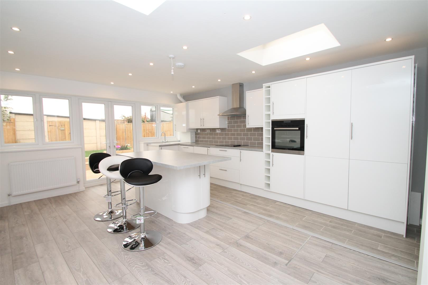4 Bedrooms House for sale in Rayleigh Road, Palmers Green, London N13